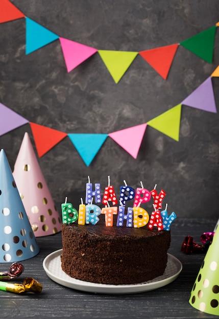Assortimento con torta di compleanno e decorazioni per feste Foto Gratuite