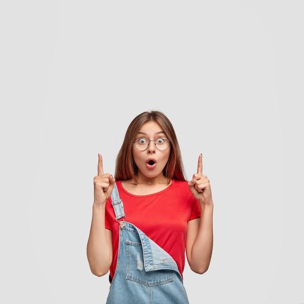 검은 스트레이트 머리, 건강한 피부, 캐주얼 옷을 입고 놀란 귀여운 유럽 십대 소녀 무료 사진