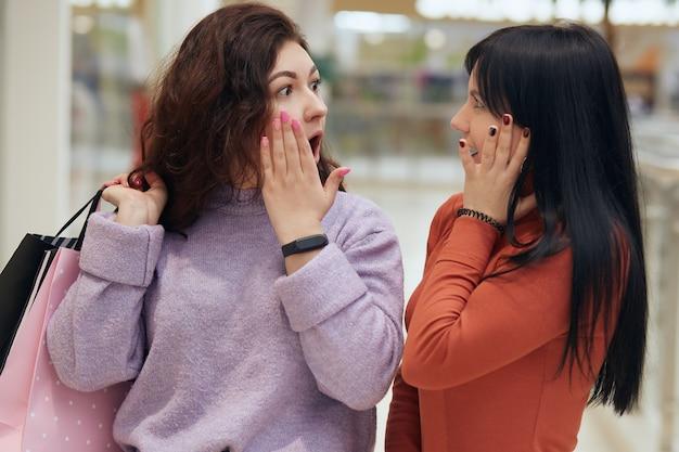 口を開けてお互いを見つめるびっくりした女性 Premium写真