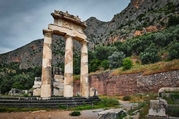 Руины храма афины пронойя в древнем дельфи, греция Premium Фотографии