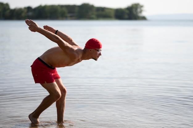 湖でジャンプ選手 無料写真
