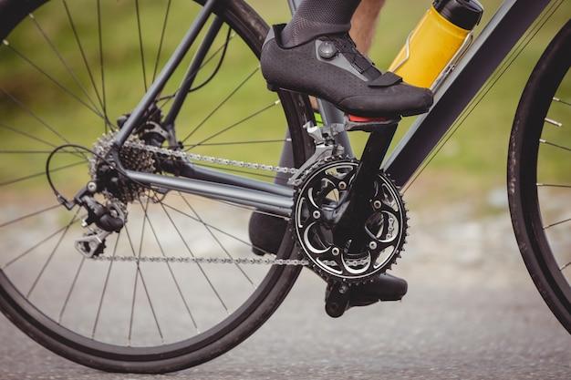 Atleta in sella alla sua bicicletta Foto Gratuite