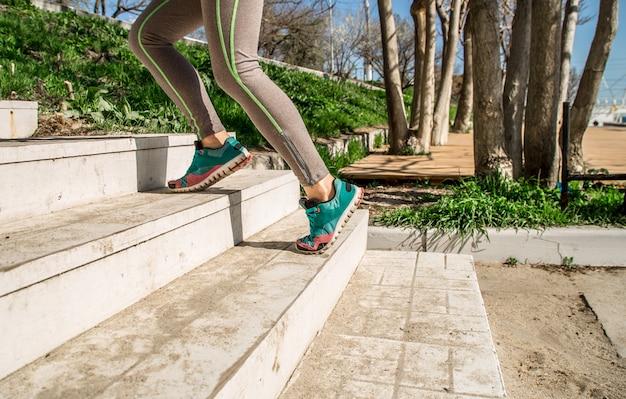 アスレチックの女性の足が階段を登る 無料写真