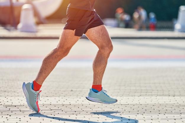 市内のスポーツウェアでジョギングアスリート男 Premium写真