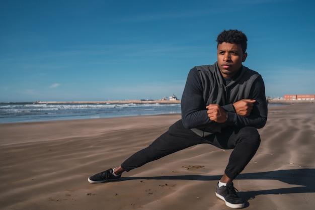 運動前に足を伸ばし運動男。 Premium写真
