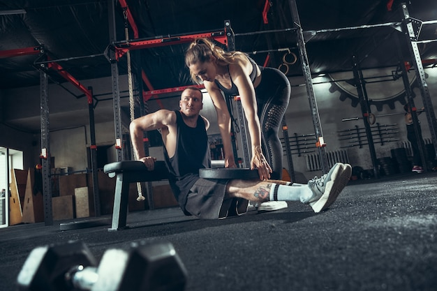 Uomo e donna atletici con le teste di legno Foto Gratuite