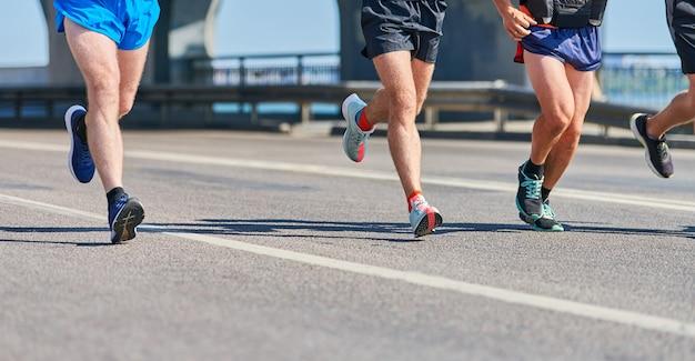 市内のスポーツウェアでジョギングアスリート男性 Premium写真