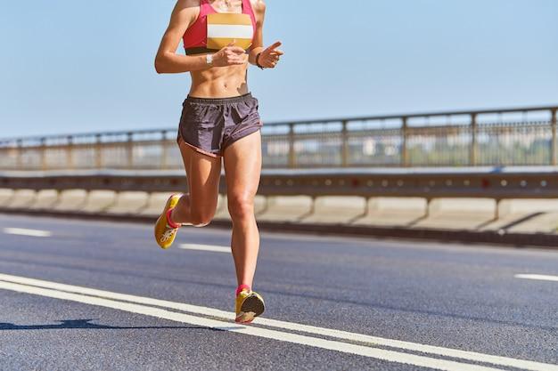 市内のスポーツウェアでジョギングアスリート女性 Premium写真