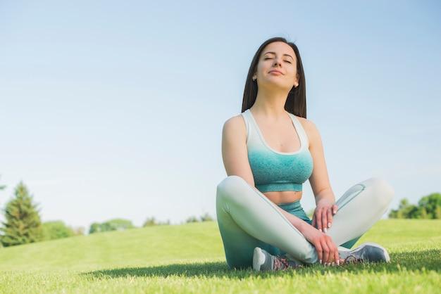Атлетическая напольная практикуя йога женщины Premium Фотографии