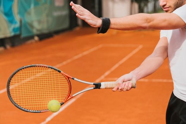 Атлетик мальчик играет в теннис Бесплатные Фотографии