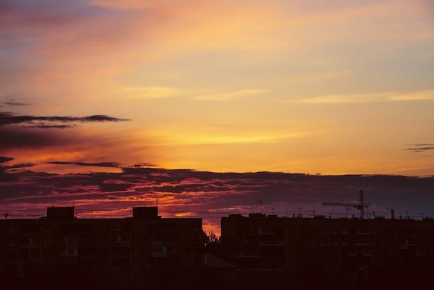 Атмосферные облака в городе на закате Premium Фотографии