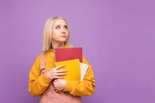 그녀의 손에 책과 노트북을 매료 감정적 인 여자 프리미엄 사진