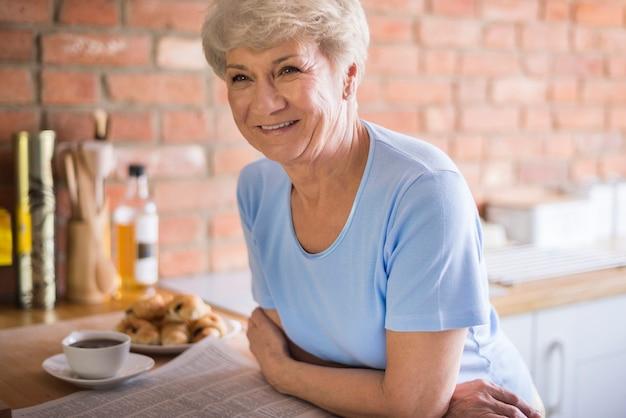 家庭の台所で魅力的な大人の女性 無料写真
