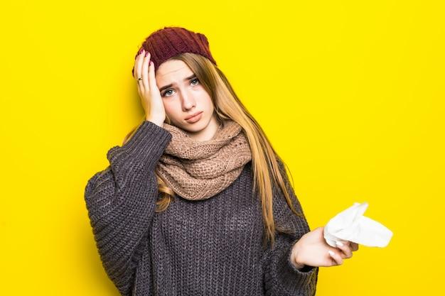 Привлекательная блондинка в теплом свитере страдает головной болью и пытается согреться Бесплатные Фотографии