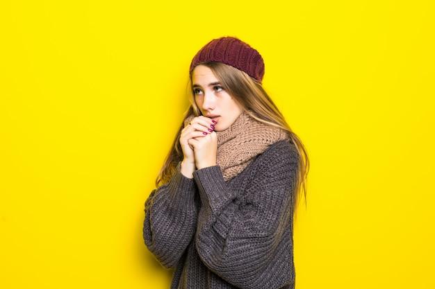 Привлекательная блондинка в теплом свитере пытается согреться Бесплатные Фотографии