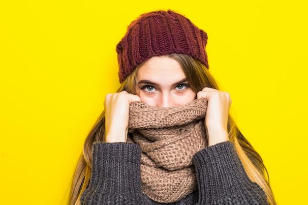 Attraente donna bionda in maglione caldo è malato di influenza e cerca di riscaldarsi Foto Gratuite
