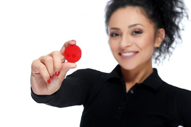 Привлекательная брюнетка, держащая жетоны казино Бесплатные Фотографии