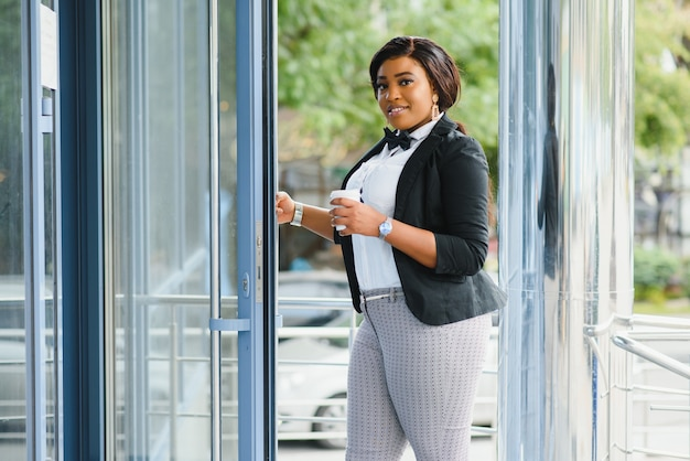 Привлекательная деловая женщина перед офисом Premium Фотографии