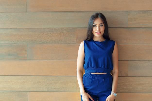 Привлекательная уверенно молодая бизнес-леди с copyspace Premium Фотографии
