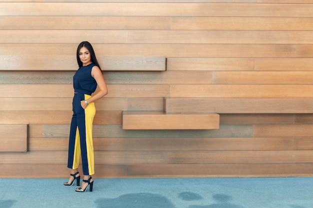 Привлекательная уверенно молодая бизнес-леди Premium Фотографии