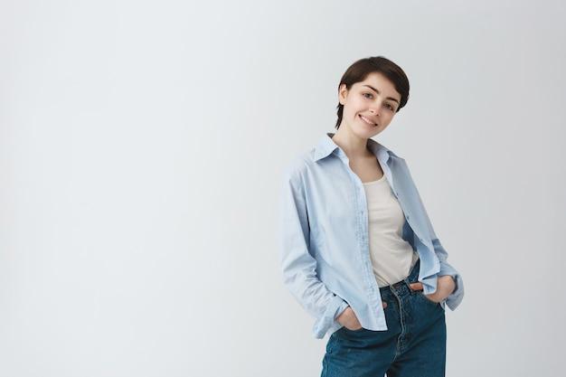Привлекательная кокетливая девушка улыбается Бесплатные Фотографии