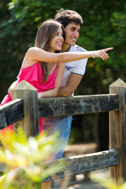 田舎の魅力的なカップル。 Premium写真