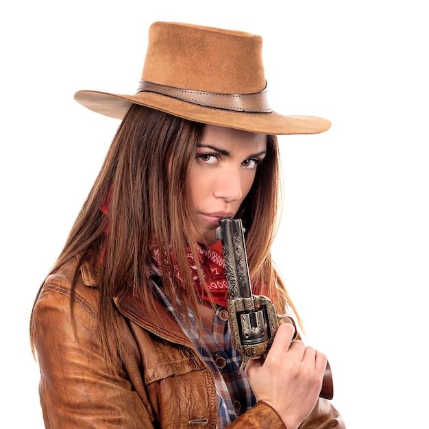 Cowgirl attraente con la pistola su priorità bassa bianca Foto Gratuite