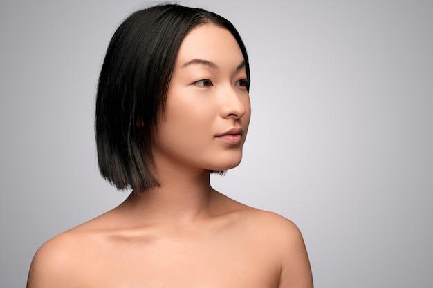 きれいな肌を持つ魅力的な民族女性 Premium写真