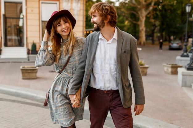 Привлекательная пара моды позирует на старой улице солнечной весной. довольно красивая женщина и ее красивый стильный парень обнимать открытый. Бесплатные Фотографии