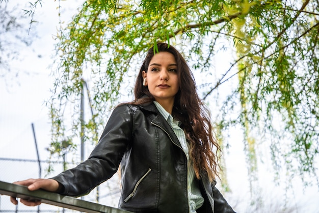 公園のエアポッドで魅力的な女性モデル 無料写真