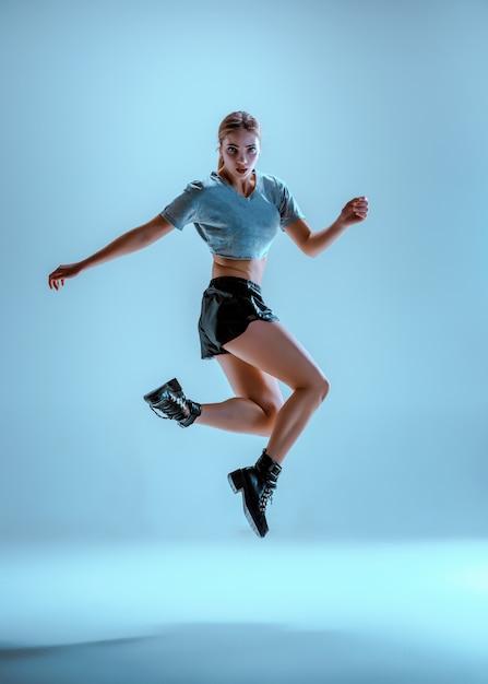 スタジオでtwerkを踊る魅力的な女の子 無料写真
