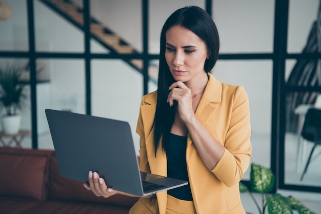 Привлекательная гламурная дама позирует в помещении Premium Фотографии