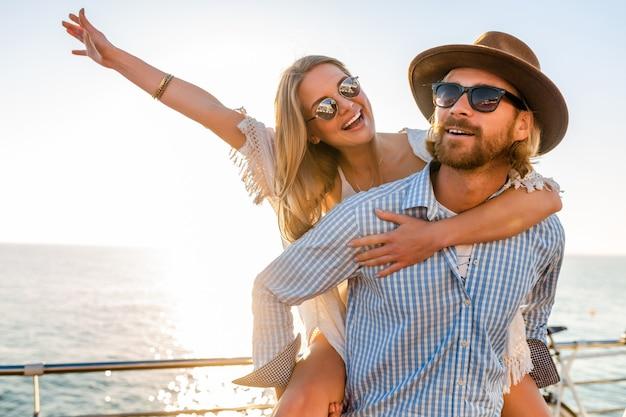 Attraente coppia felice ridendo viaggiando in estate dal mare, uomo e donna che indossa occhiali da sole Foto Gratuite