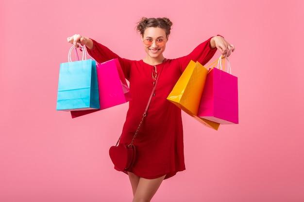 매력적인 행복 재미 감정 세련 된 여자 쇼핑 절연 분홍색 벽에 화려한 쇼핑 가방을 들고 빨간색 유행 드레스, 판매 흥분, 봄 여름 패션 트렌드 무료 사진