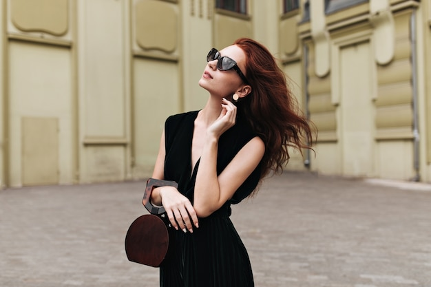 벨벳 드레스와 선글라스에 매력적인 아가씨는 외부 포즈 무료 사진