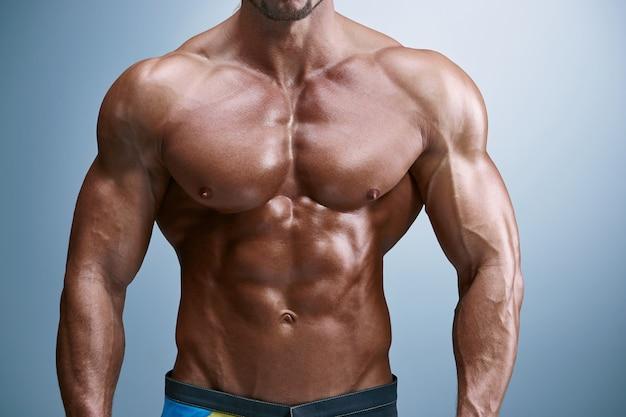 魅力的な男性の体ビルダー 無料写真