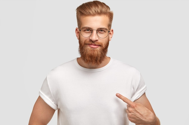 Attractive man model with trendy hairdo and beard, dressed in white t shirt Free Photo