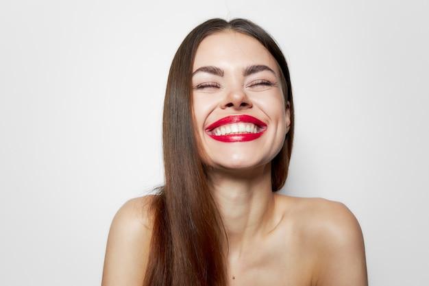 매력적인 여자 행복한 미소 닫힌 눈 매력적인 모습 자른보기 프리미엄 사진
