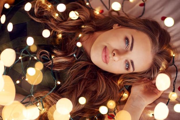 Привлекательная женщина, лежа на кровати и изображений Бесплатные Фотографии