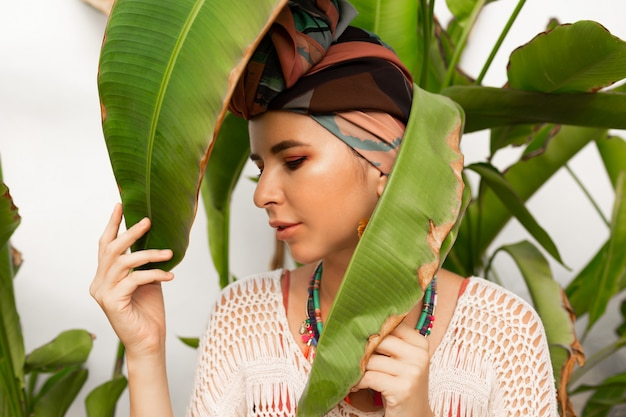 ターバンと大きな丸いイヤリングのようなカラフルなスカーフを着て魅力的な女性 無料写真
