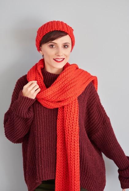 Donna attraente con berretto rosso e sciarpa Foto Gratuite