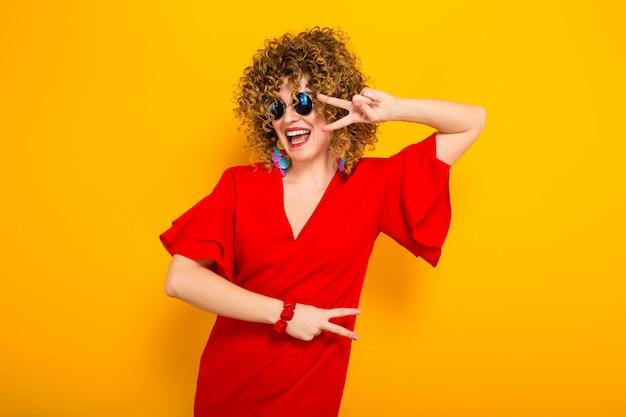 短い巻き毛を持つ魅力的な女性 Premium写真