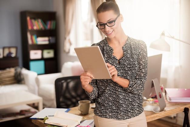 Donna attraente che lavora nel suo ufficio a casa Foto Gratuite