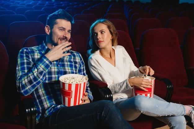 Привлекательная молодая пара кавказской смотреть фильм в кинотеатре, доме или кино. Бесплатные Фотографии