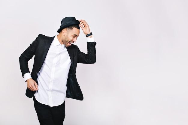 スーツダンス、楽しんで魅力的な若い男。スタイリッシュな見通し、帽子、成功したビジネスマン、幸せ、真の肯定的な感情を表現する、おかしい。 無料写真