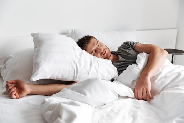 眠っている魅力的な若い男 Premium写真