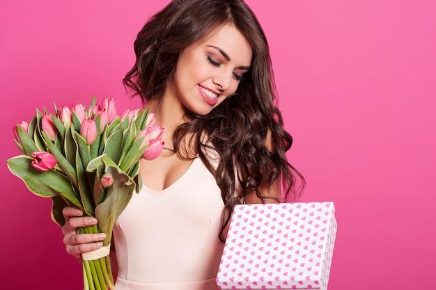 Привлекательная молодая женщина празднует праздник Бесплатные Фотографии