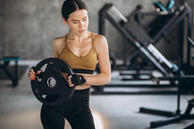 체육관에서 운동하는 매력적인 젊은 여자 무료 사진