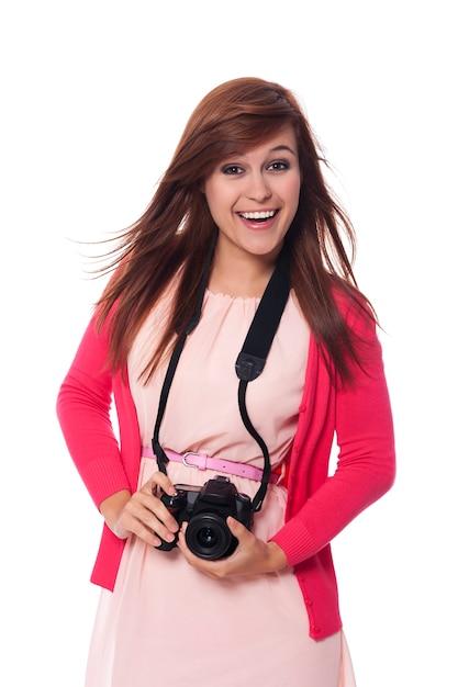 デジタルカメラを保持している魅力的な若い女性 無料写真