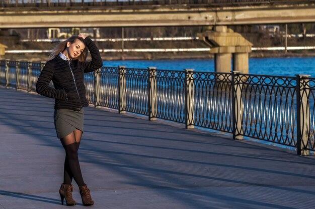 Привлекательная молодая женщина, ходить по набережной в солнечный день. Premium Фотографии